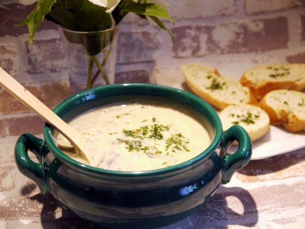 Сырно-грибной суп в супнице на столе