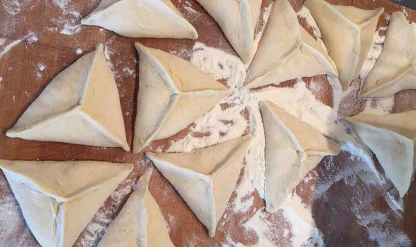 Сформированные беляши в виде треугольников