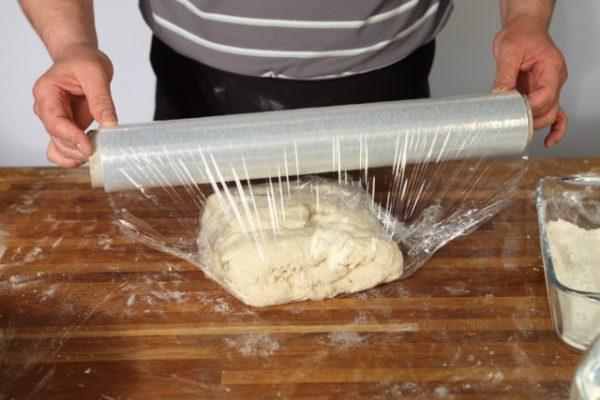 Укутывание теста пищевой плёнкой
