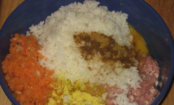 Фарш, рис. овощи и специи для мясных ёжиков в голубой миске