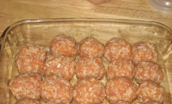 Мясные шарики с рисом в стеклянной форме для запекания
