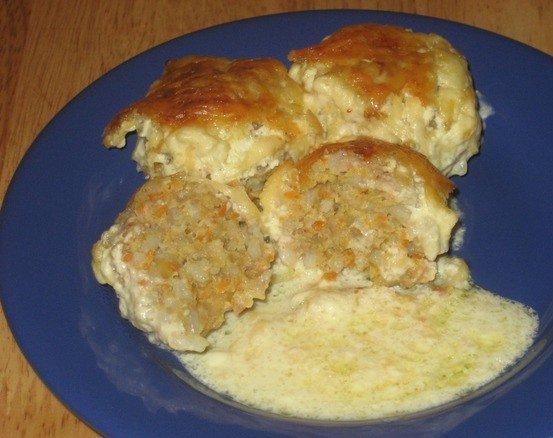 Ёжики из мясного фарша с рисом на голубой тарелке