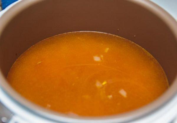 Вода с томатным соусом и овощами в мультиварке