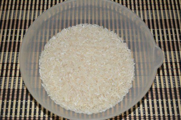 Длиннозёрный рис в пластмассовой миске
