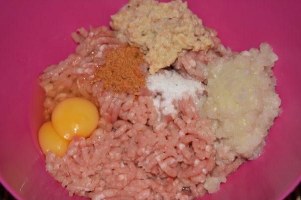 Приготовление фарша для детских мясных шариков с рисом