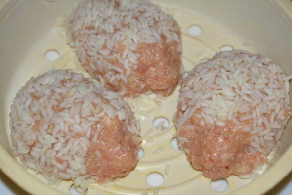 Заготовки для детских ёжиков из мясного фарша с рисом