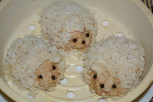 Готовые ёжики из фарша с рисом в мультиварке на пару
