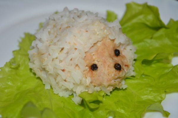 Ёжик из мясного фарша с рисом листке салата