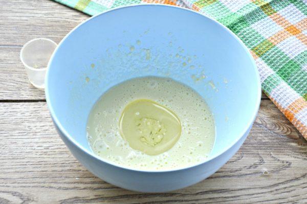 Растительное масло в миске с тестом для быстрого печенья