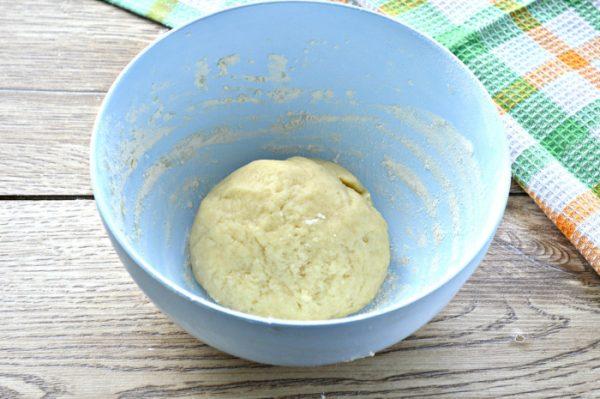 Шар из теста для печенья в миске