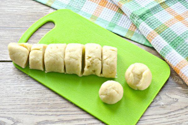 Разрезанное на порционные кусочки тесто для печенья на разделочной доске