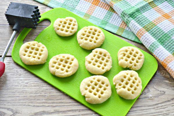 Заготовки для печенья на скорую руку на зелёной разделочной доске