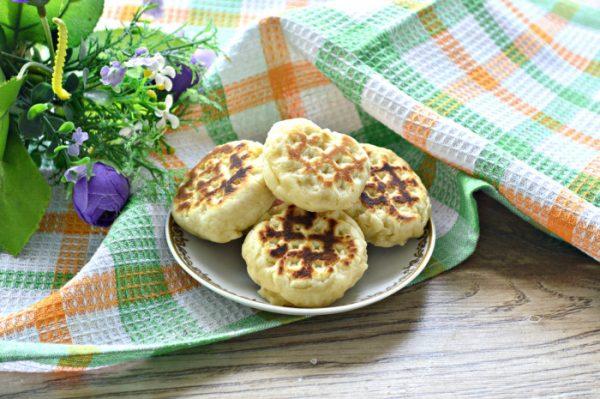 Печенье на скорую руку в блюдечке на столе
