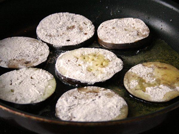 Ломтики баклажана на сковороде