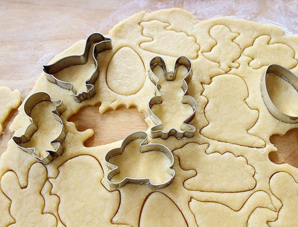 Приготовление печенья с помощью металлических фигурных форм