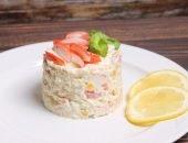 Классический крабовый салат с кукурузой - отличная идея для шумного застолья или тихого романтического ужина