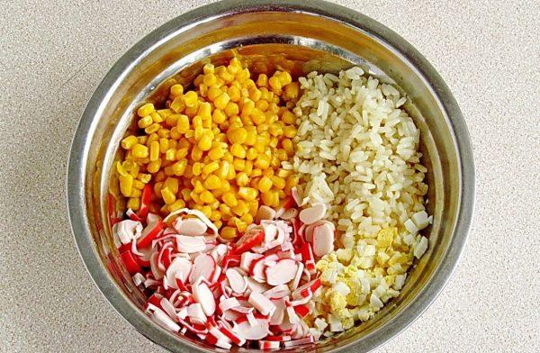 Составляющие крабового салата с кукурузой в металлической ёмкости