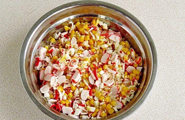 Крабовый салат без заправки в металлической миске