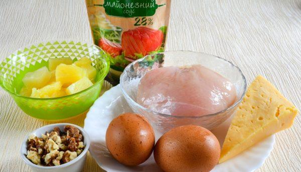 Продукты для салата с курицей и ананасами