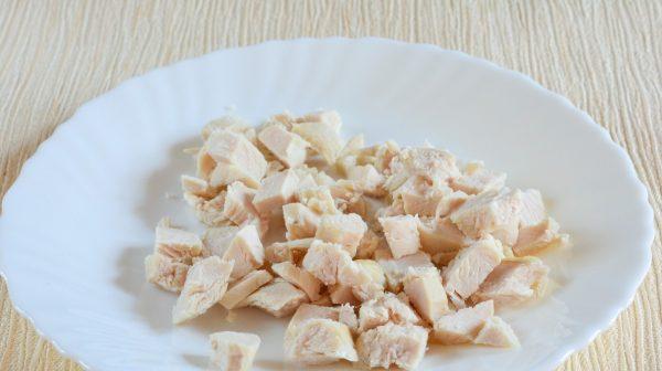 Нарезанное кубиками отварное куриное филе