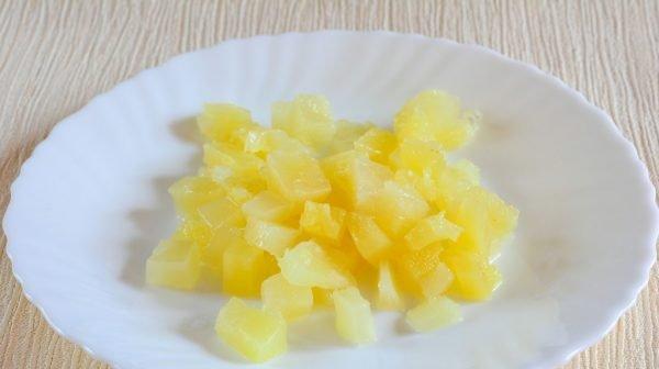 Кусочки консервированных ананасов на тарелке