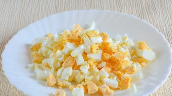 Измельчённые варёные яйца в тарелке