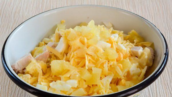 Ингредиенты для салата из курицы с кукурузой в железной миске