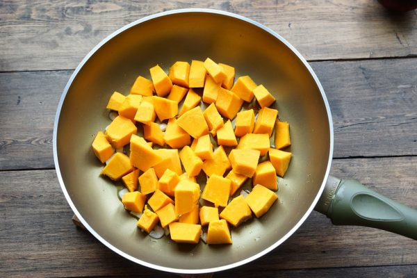 Кубики тыквы на сковороде