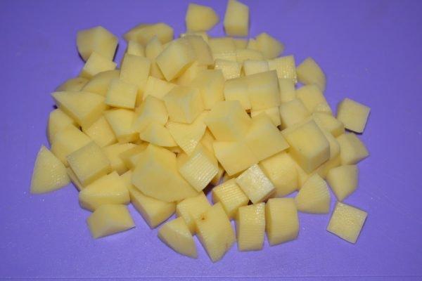 Нарезанный кубиками сырой картофель