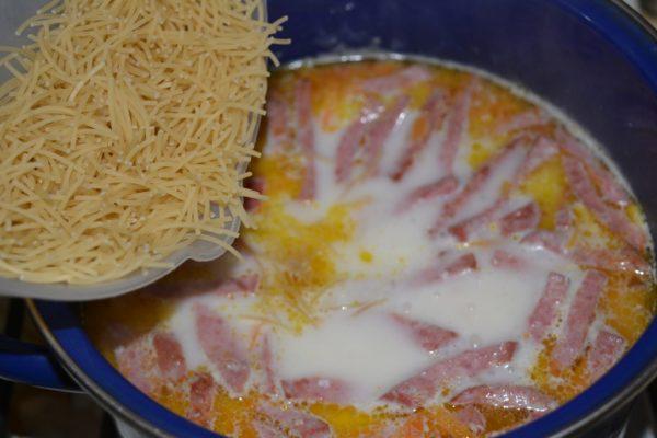 Сырный суп с колбасой и сухая вермишель