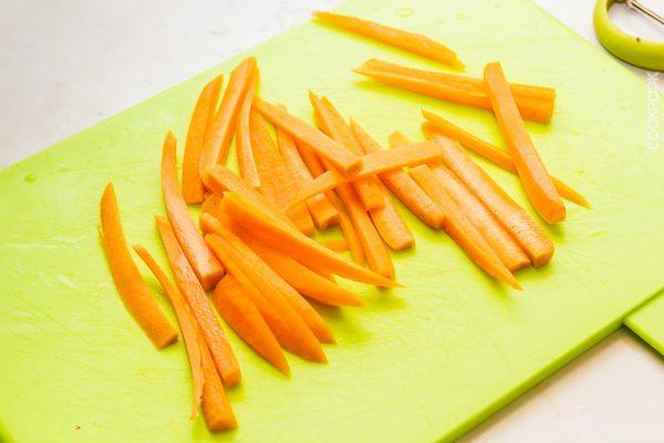 Морковь, нарезанная соломкой