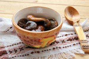 Засоленные грибы на столе