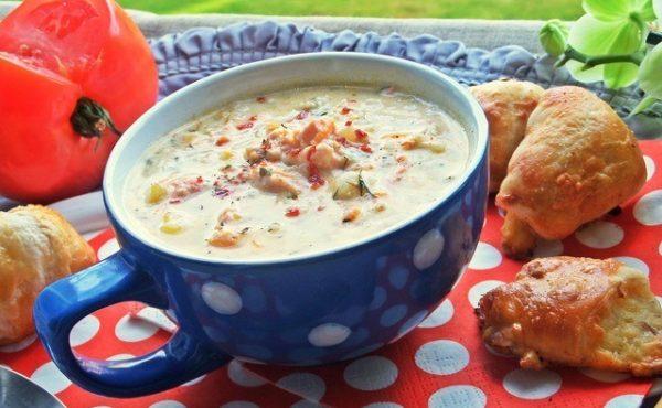 Сырный суп с красной рыбой и сыром в чашке на столе
