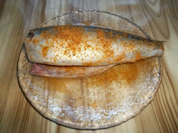 Тушка скумбрии в специях на тарелке