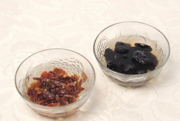 Изюм и чернослив, замоченные в воде