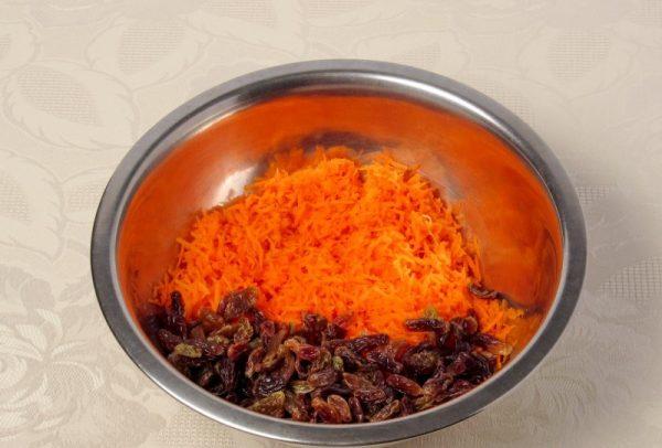 Тёртая морковь с изюмом в металлической ёмкости