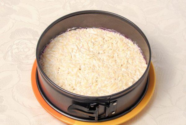 Сырный слой салата в формовочном кольце