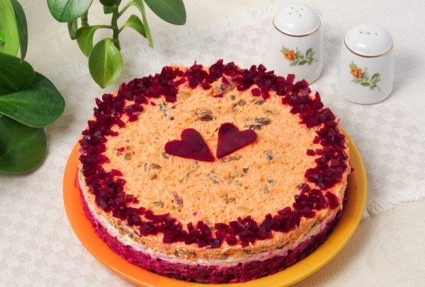 Салат «Любовница» на тарелке