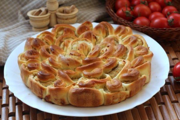 Пирог с мясом «Хризантема» на тарелке