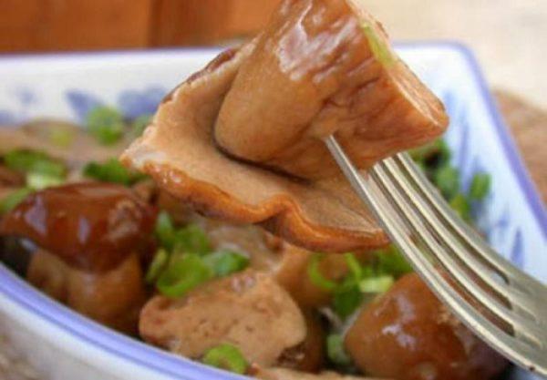 Грибы горячей засолки в тарелке