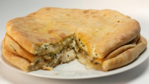 Осетинские пироги с картофелем и сыром на тарелке
