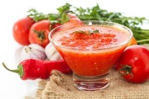 Хреновина, помидоры, перец, чеснок и зелень