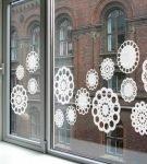Окно с полосой из снежинок