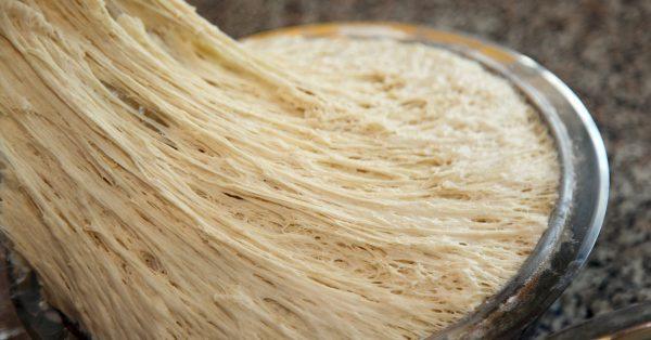 Дрожжевое тесто во время приготовления