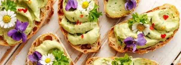 Яркие бутерброды с пастой из авокадо и цветами