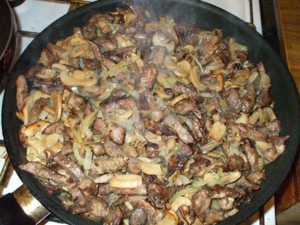 Печень с грибами и овощами