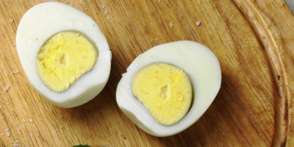 Разрезанное пополам варёное яйцо