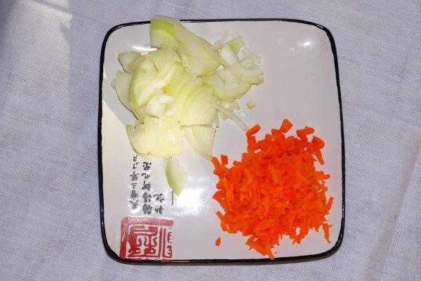Измельчённые лук и морковь на квадратной тарелке
