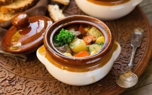 Нежное мясо с картошкой в горшочках - прекрасное блюдо, вкус которого никогда не приедается