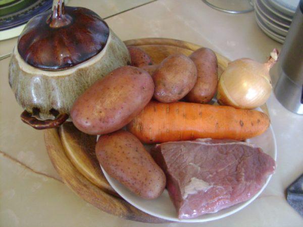 Продукты и инвентарь для приготовления мяса с картошкой в горшочках